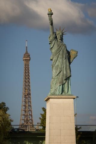 Freiheitsstatue mit Eiffelturm