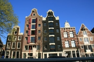 Die berühmten schlanken Häuser entlang der Grachten