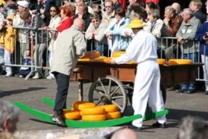 Der verkaufte Käse wird aufgeladen