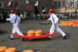 Die berühmten Käseträger eilen im Laufschritt zur Waage