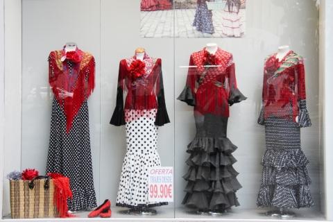 Auslage mit Flamencokleidern in Sevilla