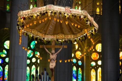 Christus-Baldachin über dem Altar in der Sagrada Família