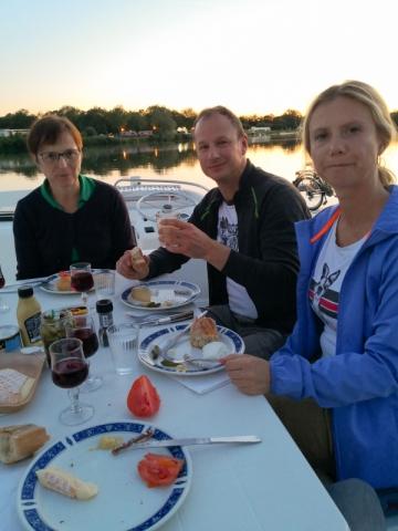 Abendessen an Bord bei Sonnenuntergang