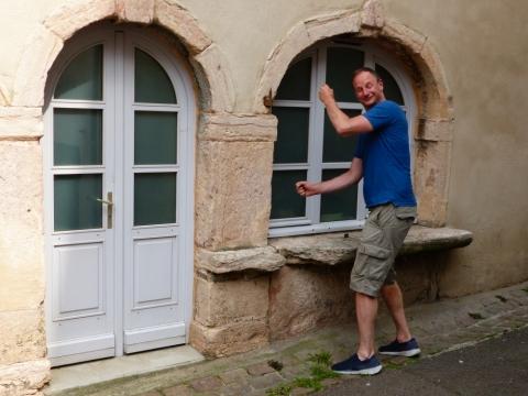 Georg baut seinen mittelalterlichen Verkaufsstand auf