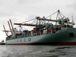 Containerschiff COSCO beim Beladen