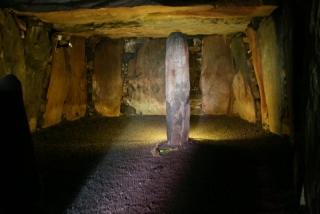 Dolmen Le Déhus in einer der interessantesten Grabkammern der Insel