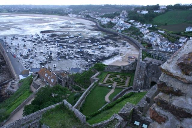 Blick vom Castle Orgueil auf den Hafen von Gorey bei Ebbe