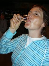 Sabine beim Degustieren