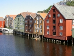 umgebaute Lagerhäuser am Kai von Trondheim