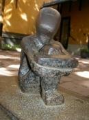 Statue des Jungen, der in den Mond schaut