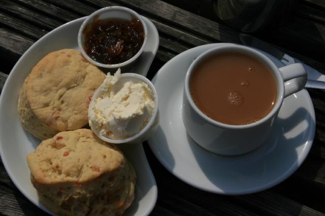 Scones mit Tee