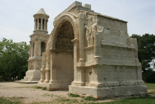 Mausoleum und Triumphbogen bei Glanum