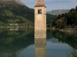 Die versunkene Kirche von Graun im Reschensee