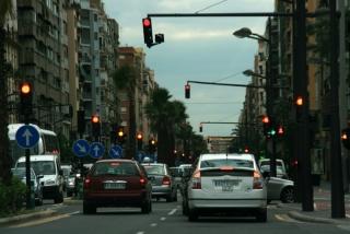 Straße in Valencia mit vielen Ampeln