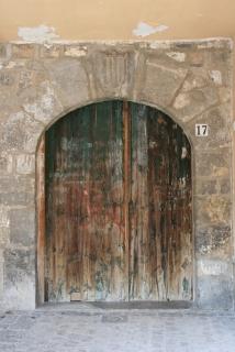Ein unscheinbares Tor? Nein - eine Sehenswürdigkeit dank des historischen Wappens im Torbogen